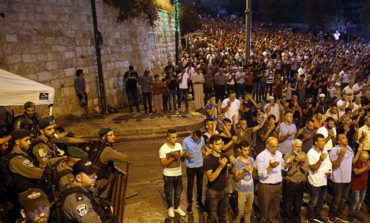 Netanyahu climbdown in Al-Aqsa standoff, thousands of worshipers surge into holy site