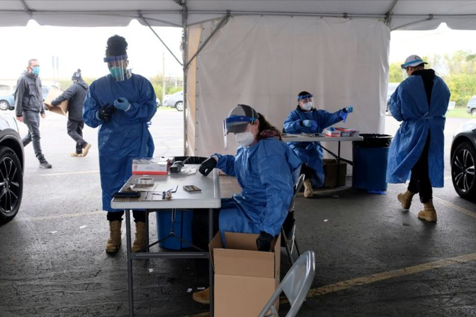 Personnel administer coronavirus disease (COVID-19) tests in Milwaukee, Wisconsin, U.S., as cases spread in the Midwest, October 2. Photo: Alex Wroblewski/Reuters